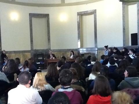 l'aula magna di via don Minzoni e i giovani in ascolto