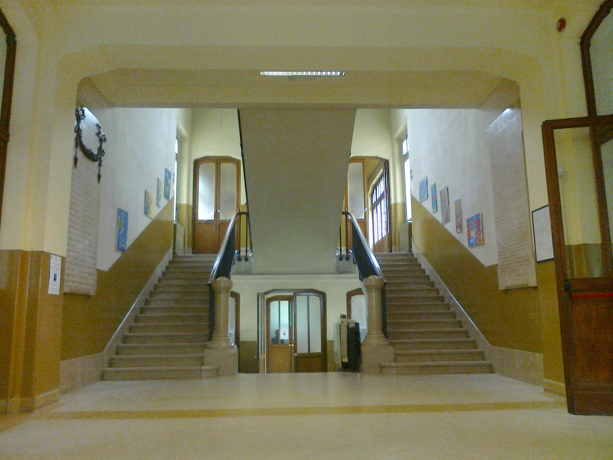 L'imponente scalone della sede di via don Minzoni