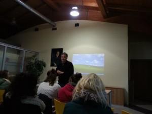 Don Alessandro spiega l'organizzazione della comunità