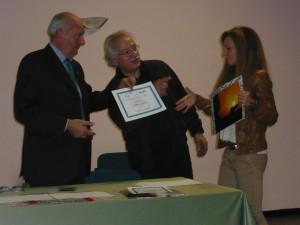 L'ingegner Gallina e Arnaldo Calanca premiano Chiara Scabini